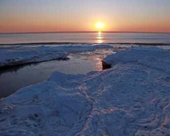 天气变冷 秦皇岛海岸线结冰